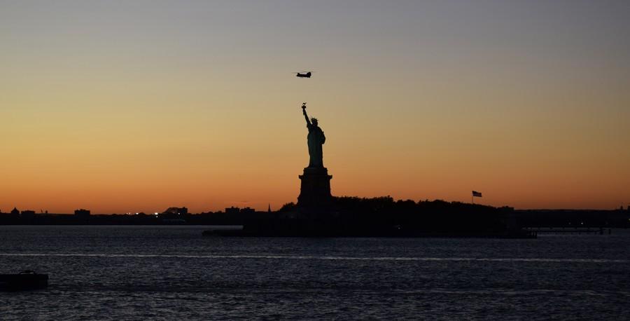 statue de la liberte coucher de soleil