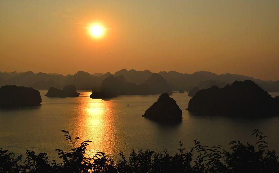 Une journ e la baie d halong moi cam l on - Le soleil se couche a quel heure ...