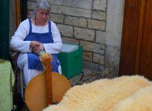 tisseuse laine médiévale